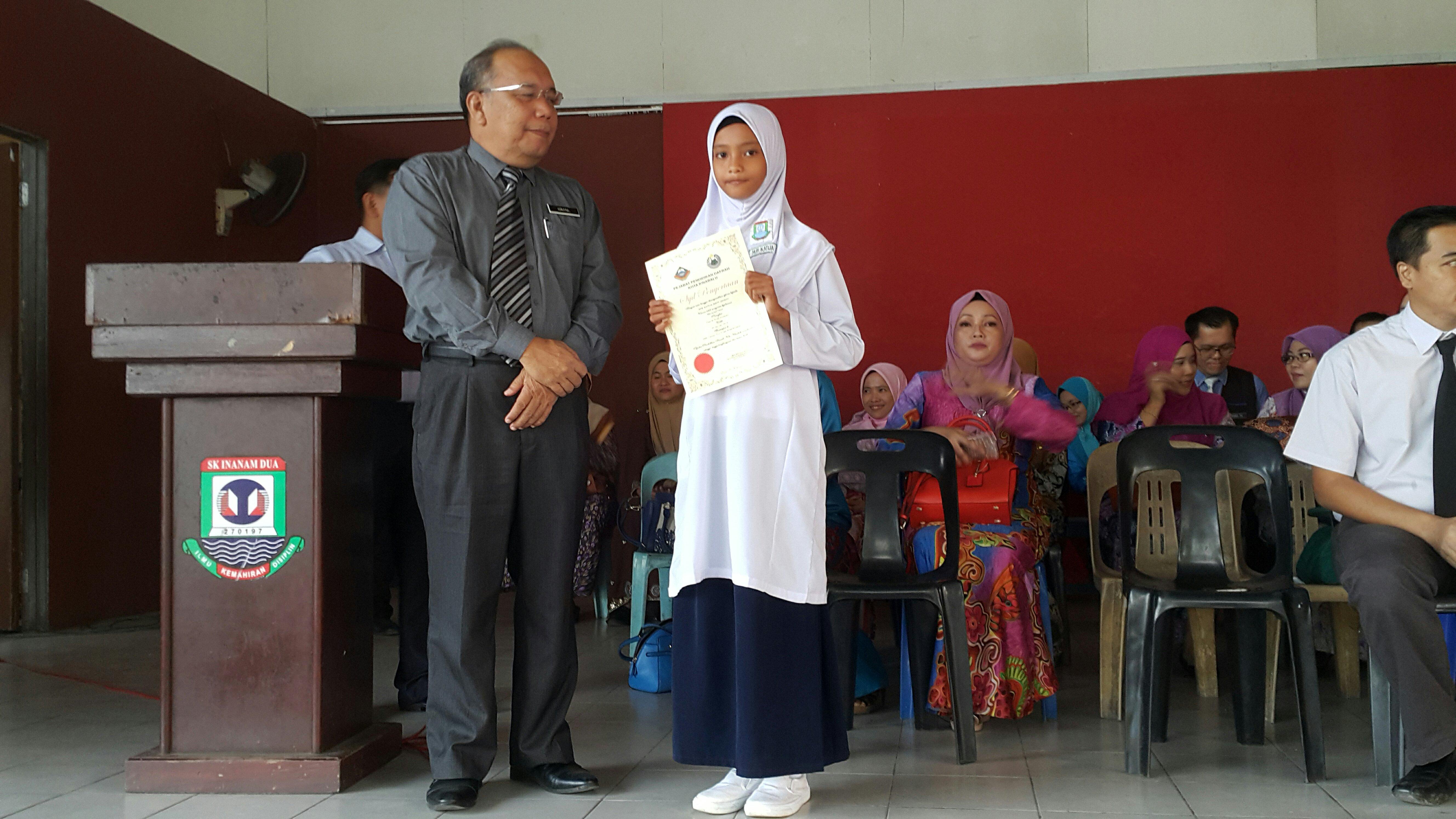 Adik Nur Katija menerima Sijil dalam Perhimpunan Mingguan